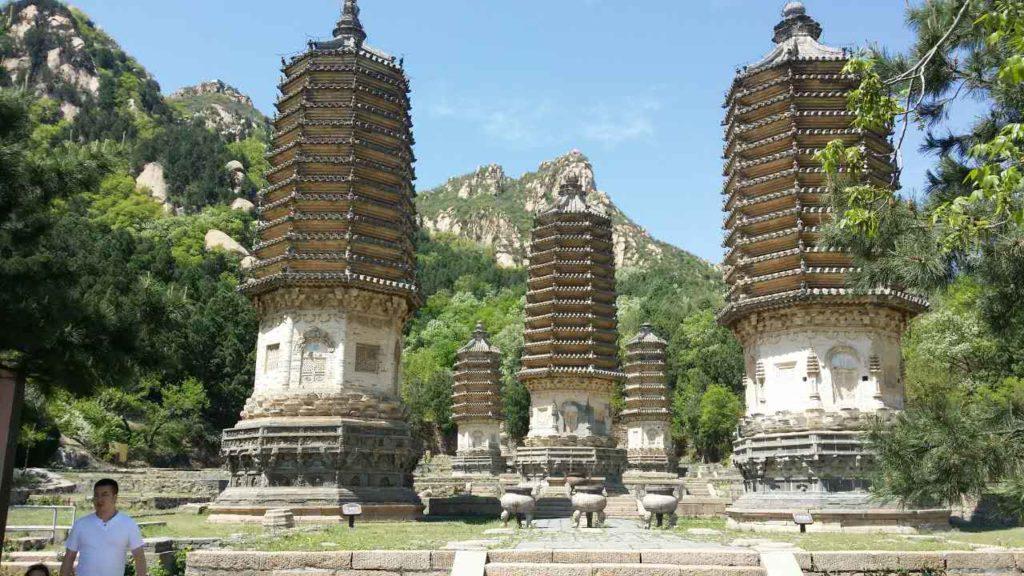 Hopeavuoren pagodat kevätauringossa. Kuva: Jani Mustonen