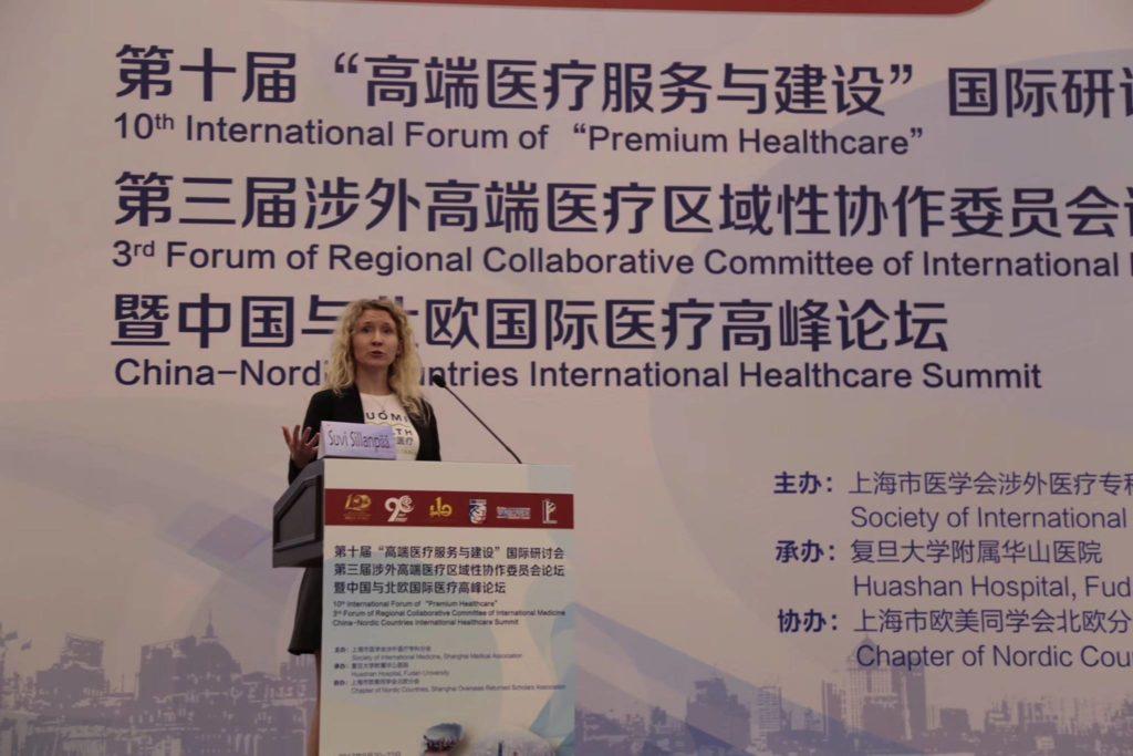 SuomiHealthin toimitusjohtaja Suvi Sillanpää puhumassa China-Nordic Healthcare Summitissa Shanghaissa syyskuussa. Yrityksen tavoitteena on tuoda terveysturisteja Kiinasta Suomeen yksityisiin sairaaloihin ensisijaisesti hedelmöityshoitoihin, syöpähoitoihin ja lasten sairauksiin liittyen. Kuva: Sami-Petteri Seppä