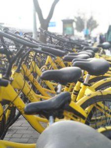 Jalkakäytävät tukkivilta pyörärykelmiltä ei monissa Kiinan kaupungeissa voi välttyä. Ofo on yksi suurimmista toimijoista markkinoilla. Kuva: Mika-Matti Taskinen