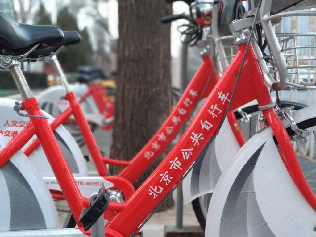 Telineisiin kytkettäviä, hieman Helsingin Alepa-pyöriä muistuttavia Pekingin kaupunkipyöriä näkyi muutama vuosi sitten harvakseltaan siellä täällä. Harvalukuisiksi ne myös jäivät, sillä jakamistalouden uudet jätit toivat markkinoille pyörät, jotka voi jättää minne tahansa. Kuva: Mika-Matti Taskinen