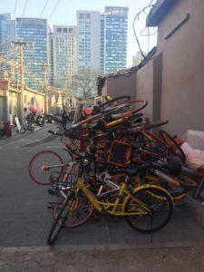 Epäkuntoisten pyörien kasat ovat yleinen näky Pekingissä. Kuva: Helena Jauhiainen