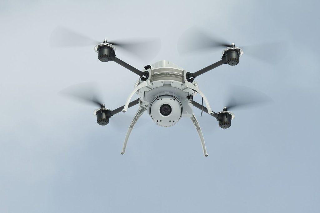 Villeissä visioissa droonit voisivat tulevaisuudessa toimia muun muassa pitsalähetteinä. Kuva: Wikimedia Commons.