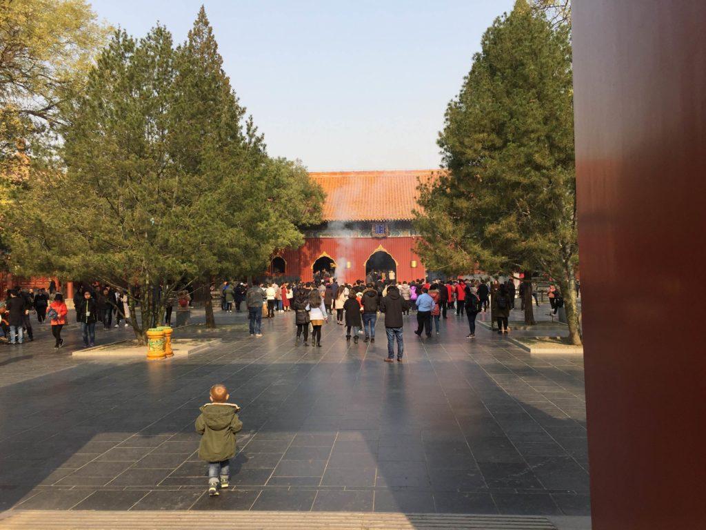 Ulkomaalainen lapsi saattaa kiinalaisten mielestä olla jopa kiinnostavampi kuvauskohde kuin itse turistikohde, jota he saapuivat katsomaan. Kuva: Anna Vitie