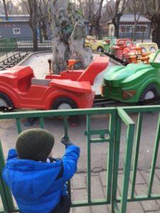 Pekingissä myös tavanomaisissa puistoissa on ajateltu lapsia. Tarjolla on laitteita ja leikkitelineitä moneen makuun. Kuva: Anna Vitie