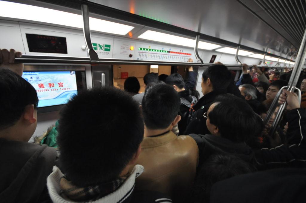 Pekingin metrossa olo voi käydä tukalaksi etenkin aamujen ja iltapäivien ruuhkahuippujen aikoina. Kuva: Wikimedia Commons.