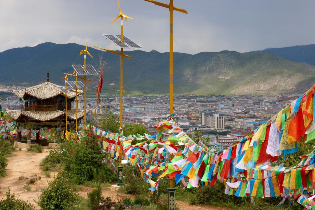 Näkymä Sadan kanan temppeliltä Shangri-La'han. Kuva: Tarja Kangaskorte.