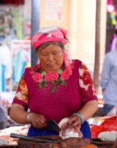 Lihakauppias Xizhoun markkinoilla. Kuva: Tarja Kangaskorte.