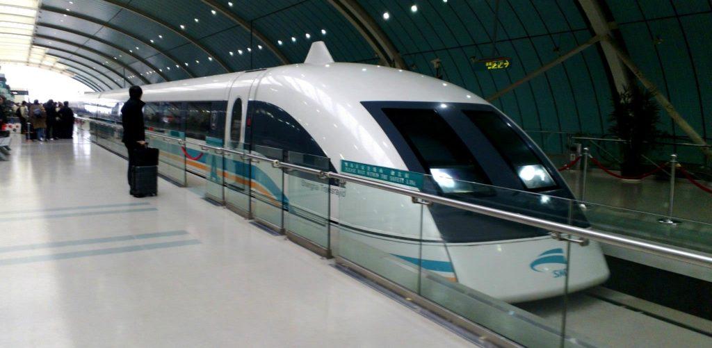 Shanghaissa lentokentän ja kaupungin välillä kulkeva maglev-juna on maailman nopein matkustajakäytössä oleva juna. Kuva: Ari-Joonas Pitkänen