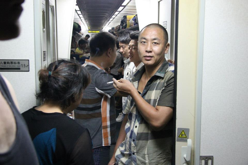Kiinan rautateillä voi edelleen matkustaa halvalla, ahtaasti ja hitaasti. Tupakointikielto ulotettaneen pian myös tavallisiin juniin. Kuva: Mika-Matti Taskinen