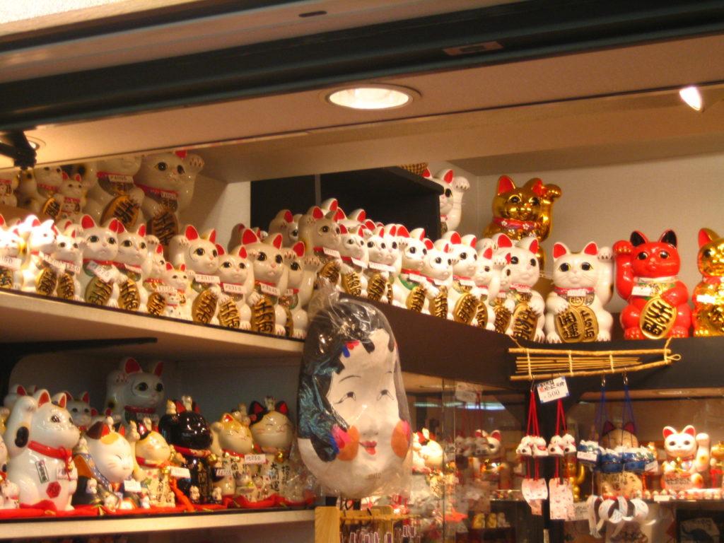 Japanilaisia maneki-neko -patsaita löytyy myös Kiinan matkamuistomyymälöistä. Kuva: Wikimedia Commons