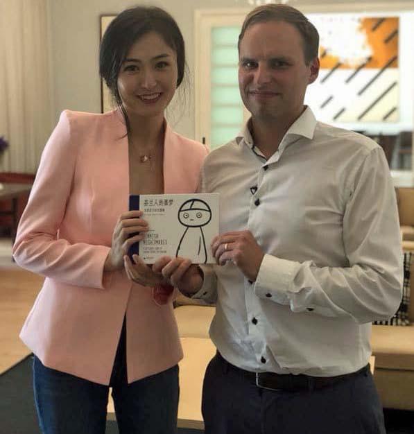 Haastattelutuokio CGTN:n toimittaja Zheng Chunying kanssa suurlähettilään residenssissä Pekingissä.