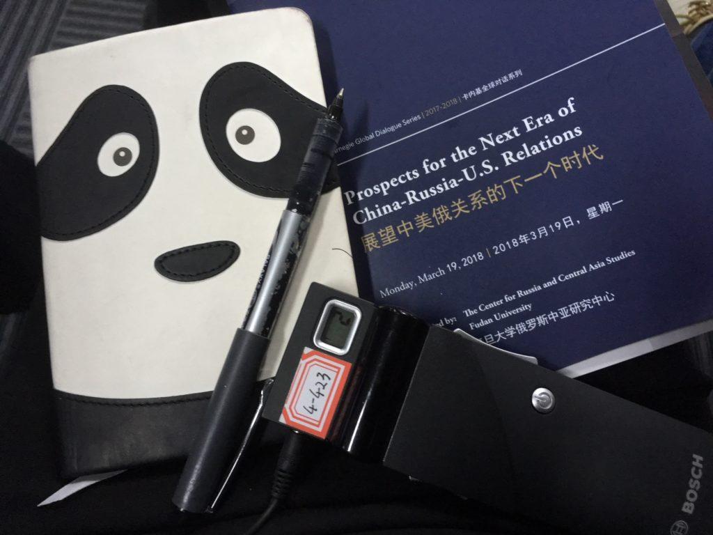 Raportoijan työkalupakki: kynä ja vihko, tarvittaessa myös tulkkauksen kuuntelulaite. Mitä söpömpi vihko, sitä purevampi analyysi. Kuva: Emmi Oikari.