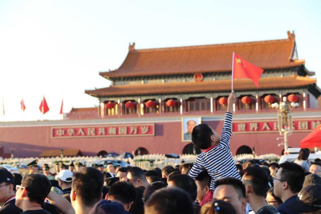 Kansallispäivän viikolla katukuvassa ja mediassa näkyvät lukemattomat Kiinan liput vahvistavat osiltaan tämän Euroopan väkilukua melkein tuplasti suuremman kansakunnan yhtenäisyyden tunnetta. Kuva: Santeri Korhonen