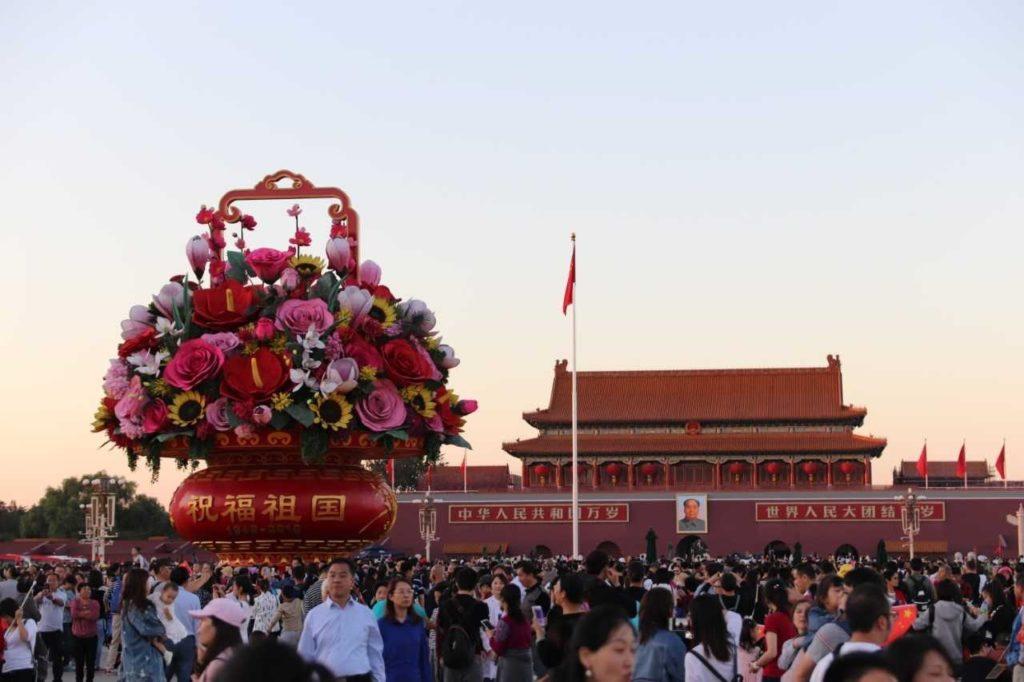 Tiananmenilla eli Taivaallisen rauhan aukiolla Pekingissä käy Golden Weekin aikana satojatuhansia ihmisiä. Kuva: Santeri Korhonen.