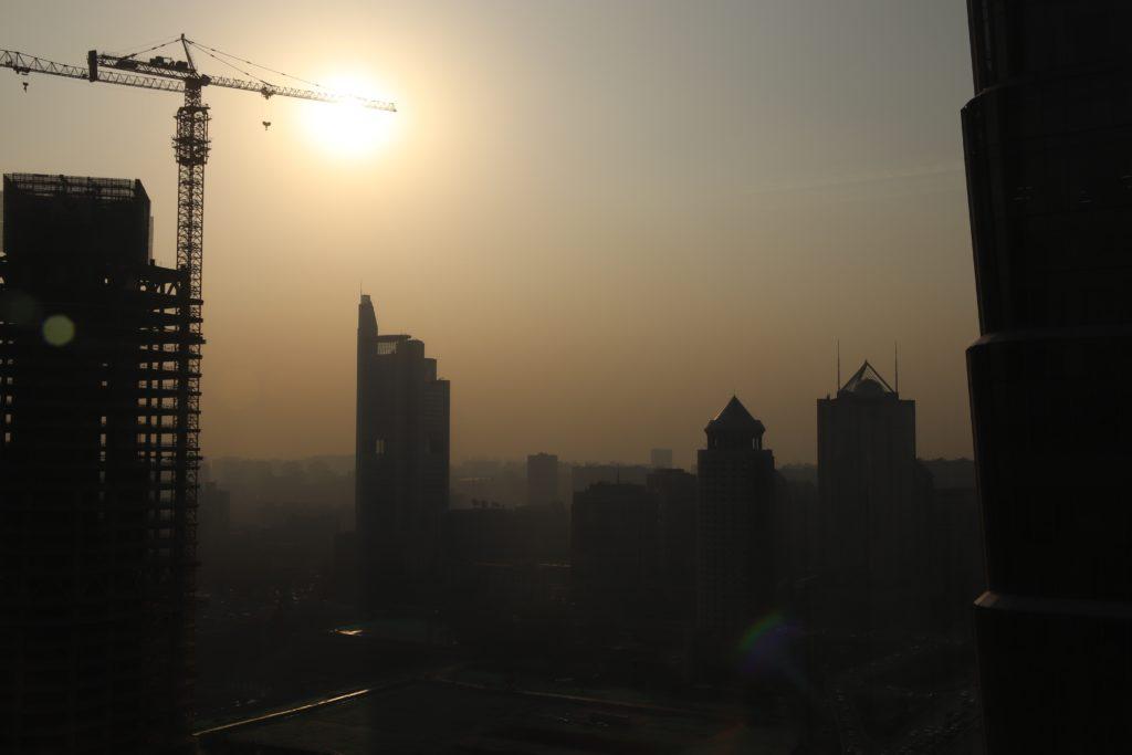 Pekingin katukuva on ainutlaatuinen, saasteet luovat erityistä mystiikkaa. Kuva: Santeri Korhonen.