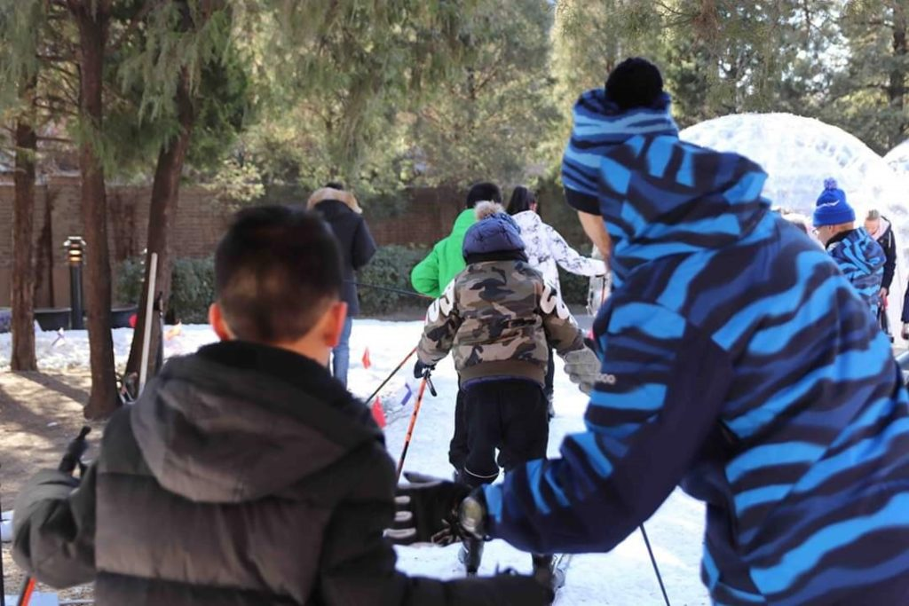 Kiinalainen nuoriso tutustumassa hiihdon saloihin. Kuva: Santeri Korhonen.
