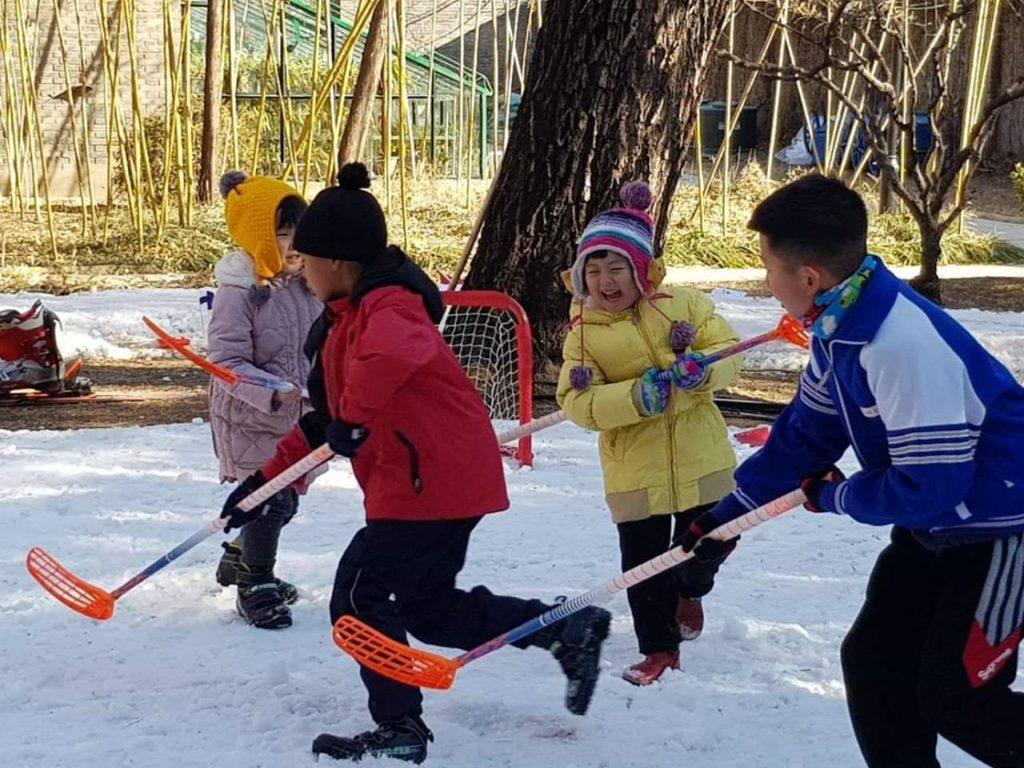 Hiihdon lomassa osa nuorista innostui kokeilemaan lumisählyä. Kuva: Maria Kankaanpää.
