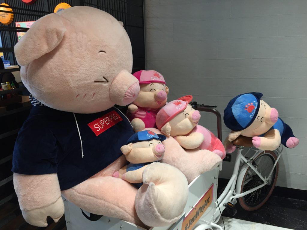 Juuri alkaneella sian vuodella virallinen Kiina on esitellyt useampijäsenisiä possupahnueita, minkä moni on tulkinnut ennakoivan kahden lapsen politiikan löysennystä. Kuva: Jyri Lintunen.