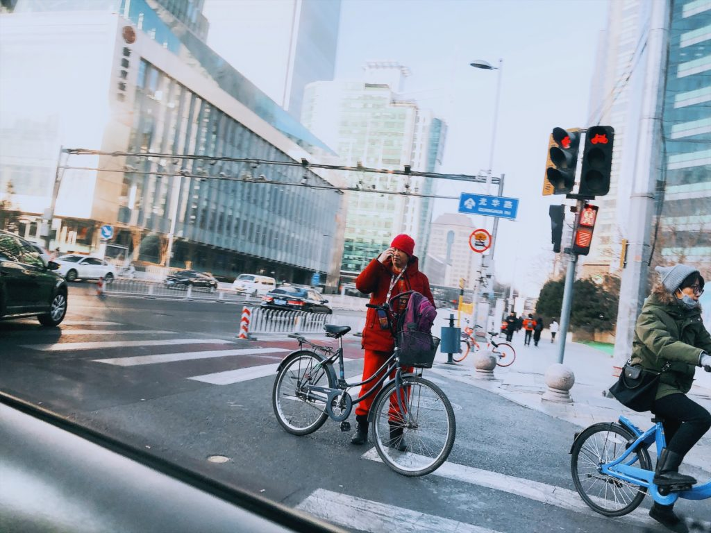 Keskellä tietä ilman kypärää – tavallinen näky aamuliikenteessä. Kuva: Aino Röyskö.