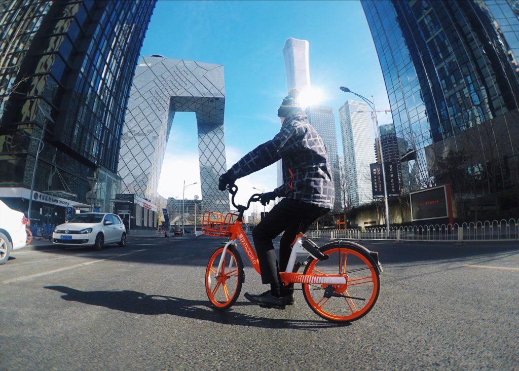 Pekingin urbaaneissa maisemissa kelpaa fillaroida. Kuva: Aino Röyskö.