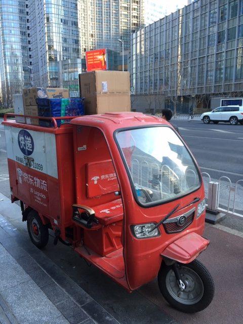 Paketit kulkevat kolmipyöräisillä mopoilla. Kuskin ammatti on huonosti palkattu ja vaarallinen, kiireessä kuskit usein oikaisevat liikennettä uhmaten eivätkä onnettomuudet ole harvinaisia. Kuva: Anna Vitie.