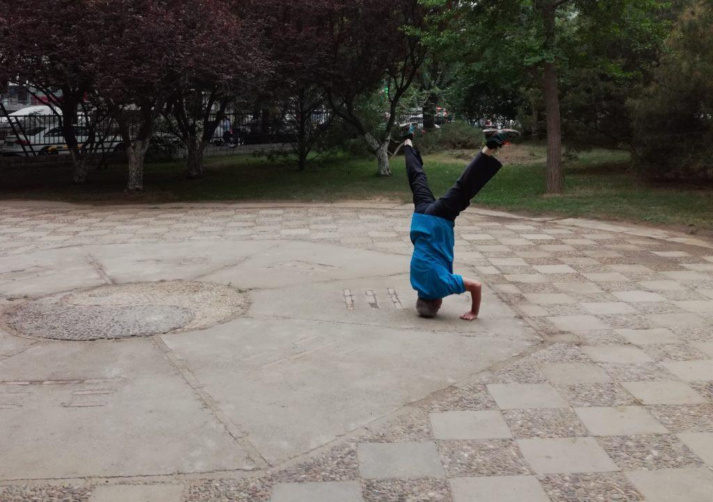 Kiinalaiset vanhukset yllättävät usein voimistelutaidoillaan. Kuva: Jussi Kastepohja