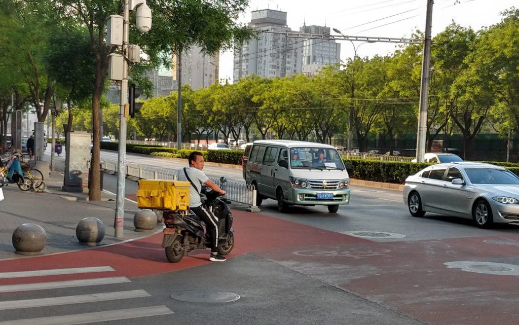 Ruokalähettejä näkyy Pekingissä lähes joka kadunkulmassa. Kuva: Petja Karppinen.