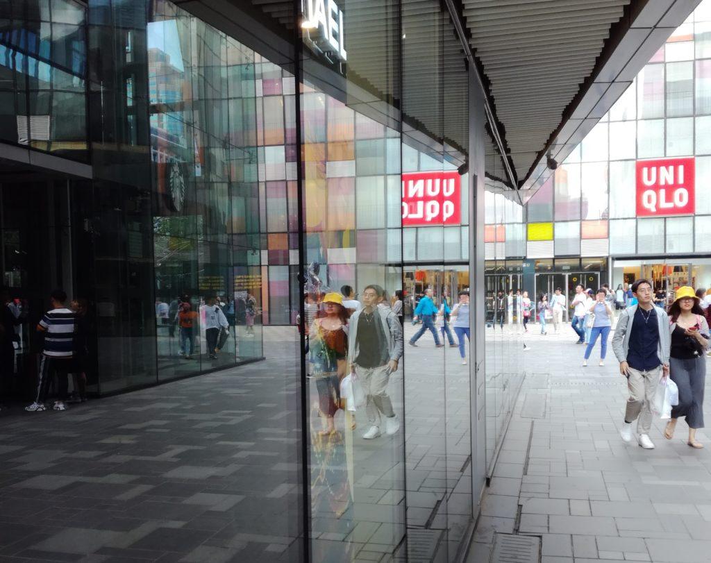 Kiinalaisia nuoria shoppailureissulla. Kuva: Jussi Kastepohja