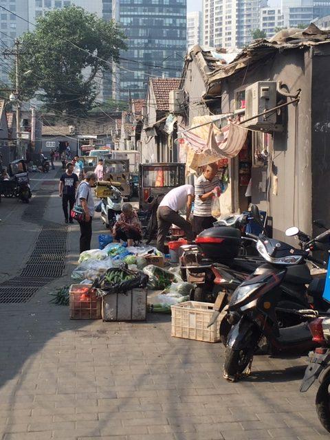 Hutong-alue alkaa heti kerrostalojen takaa. Kuva: Anna Vitie
