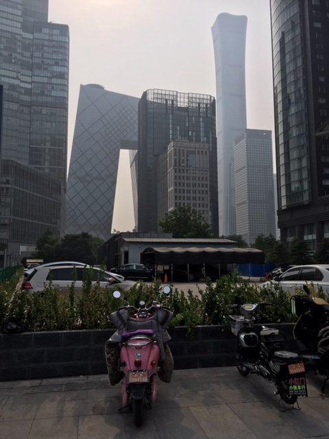 Central Business Districtin arkkitehtuuria. Keskellä näkyy CCTV, oikealla kiinalaistyylisempi CITIC-torni. Kuva: Anna Vitie.