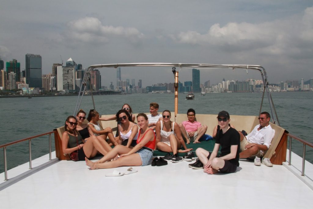 Junkin kannella matkanteosta ja aurinkoisesta säästä nauttivia juhlijoita. Kuva: