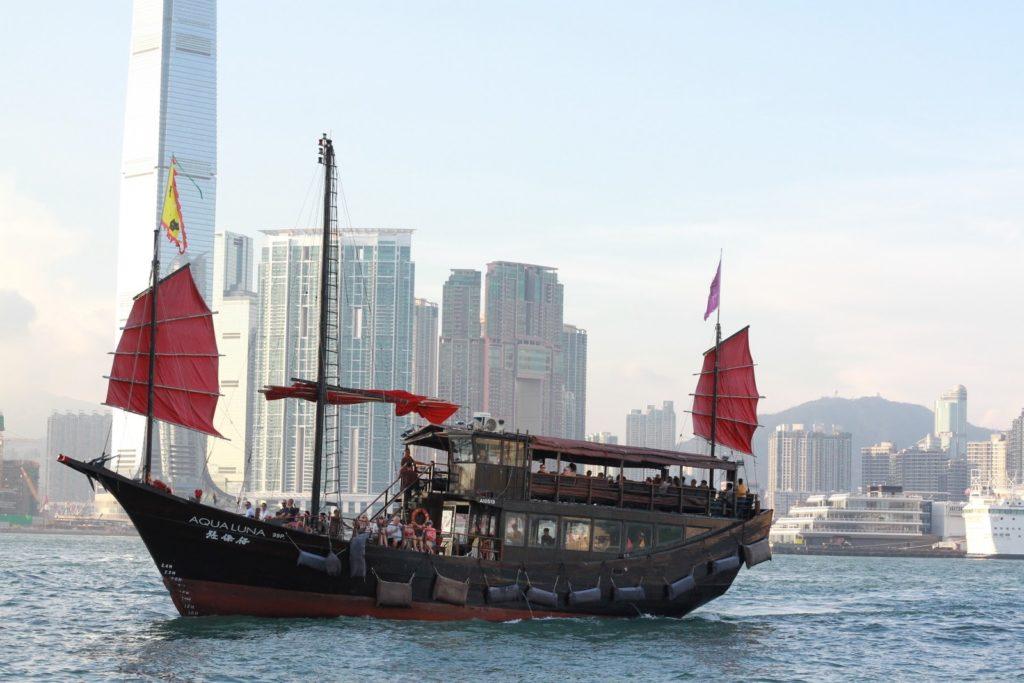 Perinteisen mallinen kiinalainen Džonkki, joka risteilee Hongkongin edustalla. Kuva: Mirka Kess.