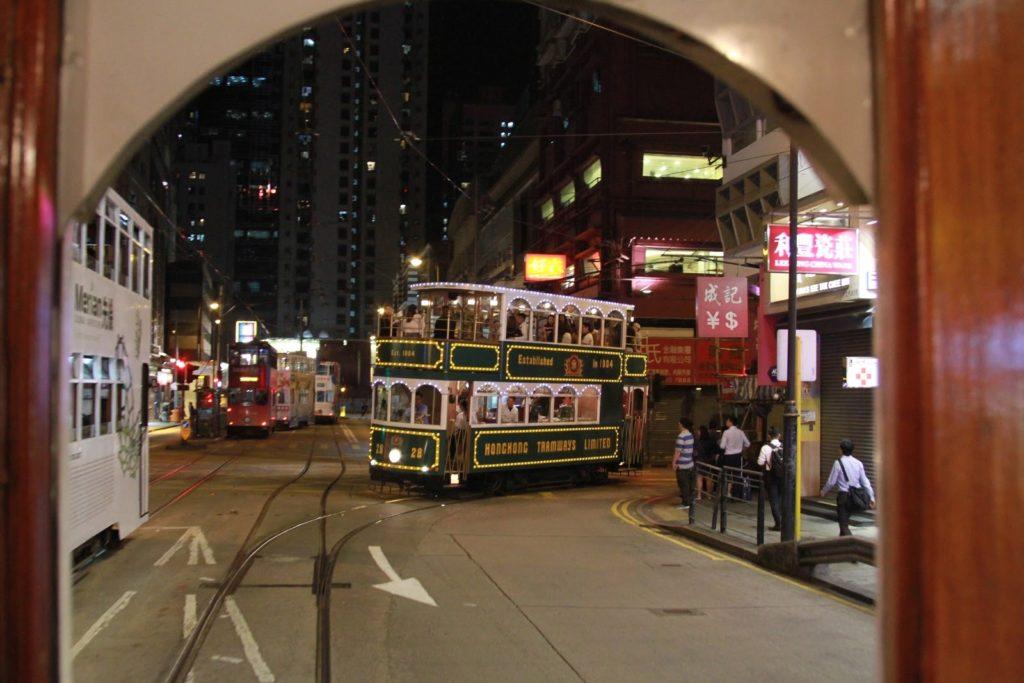 Kauniisti valaistu vintage-vaunu kääntyy Queen's Roadille Hongkongin keskustassa. Kuva: Mirka Kess.
