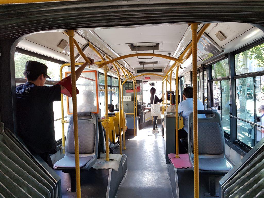 Tätä bussia miehittää kolme työntekijää: Kuljettaja, lipunmyyjä sekä Baoan.