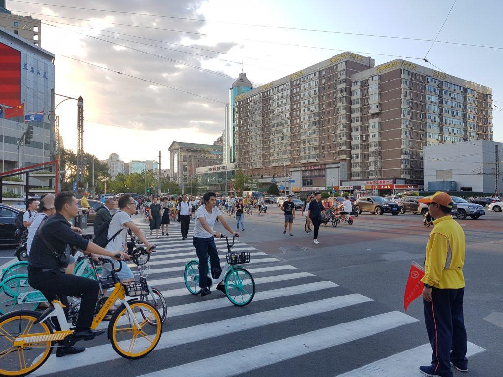 Liikenteenohjaaja, Jiaotongxieguanyuan, valvoo liikenteen sujuvuutta.