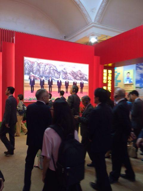 Suurlähettiläitä ja sijaisiaan Large-scale Achievement Exhibitionin viimeisessä osiossa, joka käsittelee aikaa vuodesta 2012, eli Xi Jinpingin kautta.
