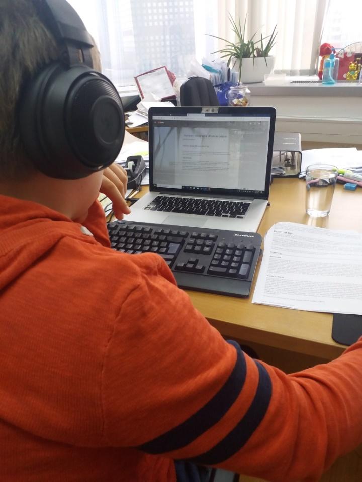 Lapset käyvät kotikoulua ja tekevät paljon tehtäviä verkossa. Kuva: Hanna Kumpusalo-Tyukalov.
