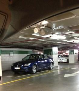 Pysäköintiä lissabonilaisittain. Kuvan auto on parkattu kolmen auton paikalle. Kuva: Suomen suurlähetystö, Lissabon.
