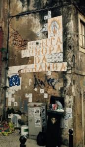 """Hollantilaisen Noordkaap taiteilijasäätiön/yhteisön tuottama kaakeliteos, joka oli osa lissabonilaisessa LXFactoryssa vuonna 2012 ollutta näyttelyä, jonka teemana oli populisim nousu Euroopassa. Teksti kuuluu kokonaisuudessaan """"Santa Europa da Esperança"""" eli vapaasti tulkittuna Eurooppa - toivon pyhimys. Kuva: Katriina Pirnes."""