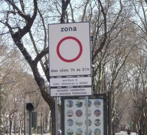Lissabonin ydinkseskustaan ei arkisin kello 7-21 välillä ole asiaa ennen vuotta 2000 rekisteröidyillä autoilla. Kuva: Katriina Pirnes.