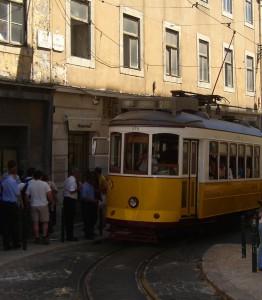 Tuttu näky Lissabonin katukuvassa. Raitiovaunu numero 28 on erityisesti turistien suosiossa ja sen reitti kulkee kaupungin ydinkeskustan halki. Kuva: Suomen suurlähetystö, Lissabon.
