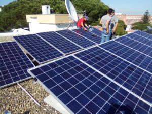 Suurlähetystön virka-asuntoon asennettiin aurinkopaneelit toukokuussa 2019.