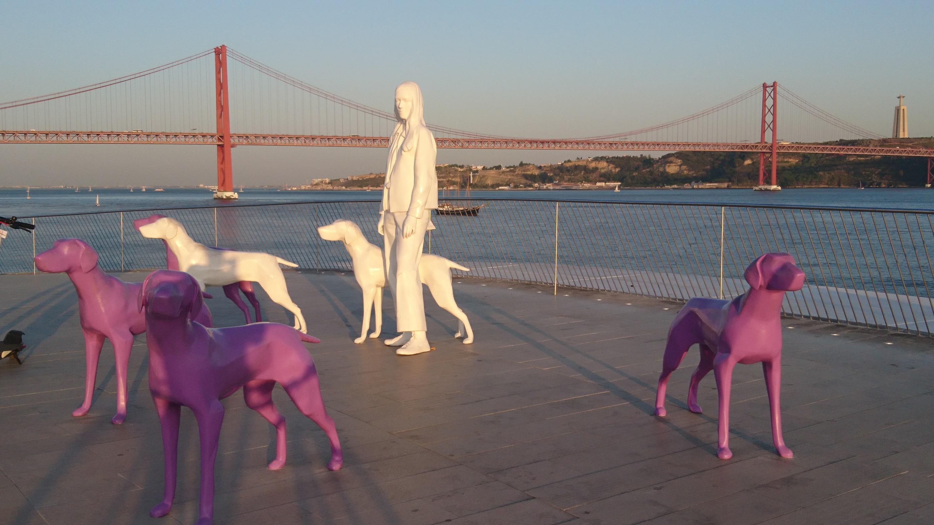 Näkymä MAAT -museon kattoterassilta. Taustalla Golden Gate -siltaa muistuttava Ponte 25 de Abril, joka on yksi keskeisimpiä maamerkkejä Lissabonissa. Takana oikealla, Tejo –joen etelän puoleisella rannalla häämöttää puolestaan Lissabonin versio Rio de Janeiron Kristus –patsaasta. Kuva: Timo Tahkola.