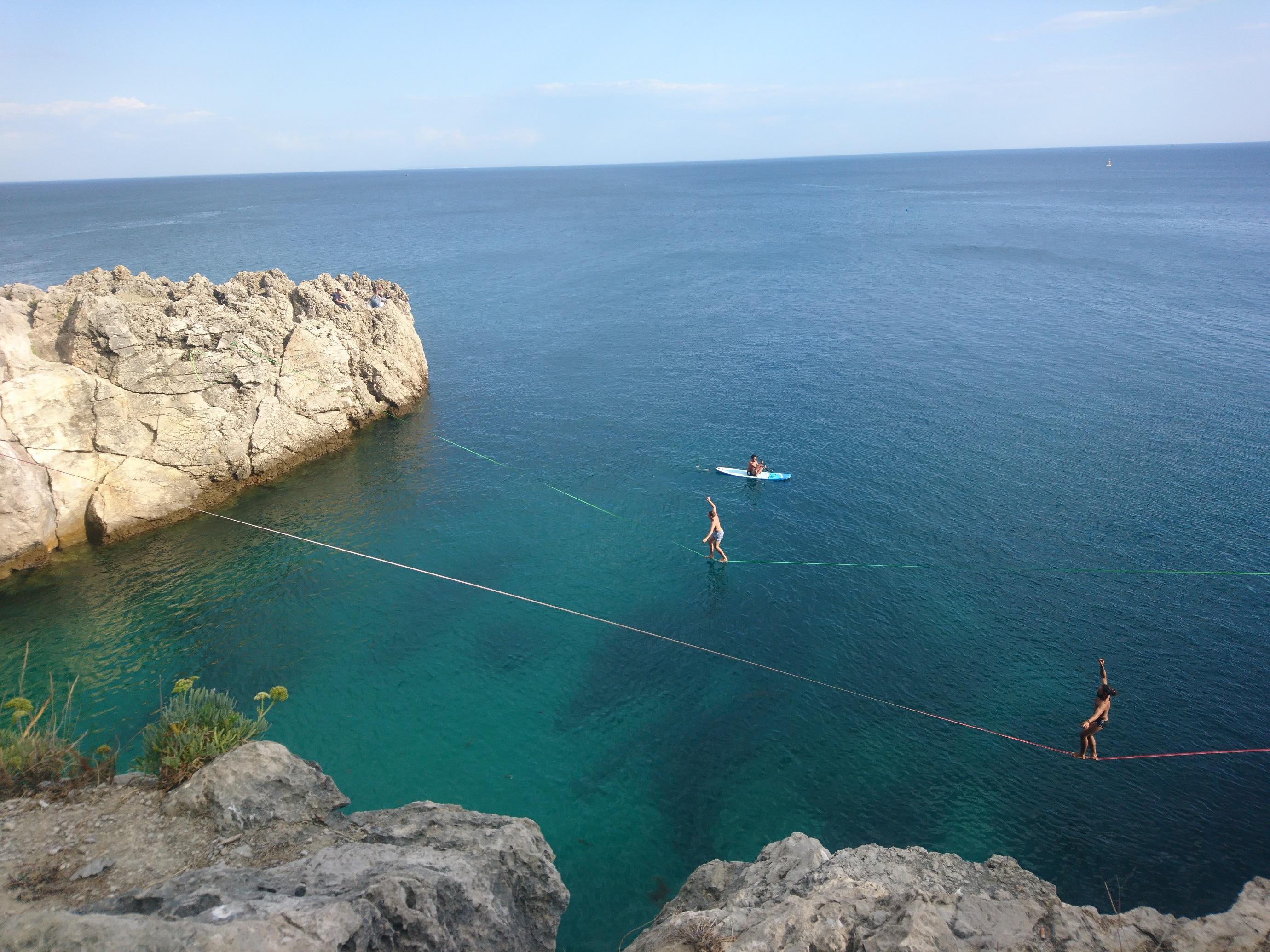 Pyöräilin 30 km päässä Lissabonista sijaitsevaan Sesimbraan tapaamaan joukon kansainvälisiä Slackline-taitureita. Kuvassa näkyvillä liinoilla on mittaa reilut 30 metriä, korkeutta metristä viiteen metriin ja leveyttä vain noin tuuman verran. Veden ylle viritettyä liinaa kutsutaan Waterlineksi. Kuva: Timo Tahkola.