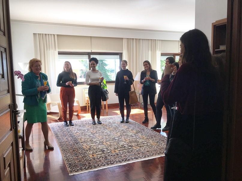 Maaliskuussa vielä päästiin suurlähettilään kutsumalle lounaalle naistenpäivän merkeissä. Verkostoitumassa oli harjoittelijoita eurooppalaisista edustustoista ja Portugalin ministeriöistä. Kuva: Juuli Kärkinen.