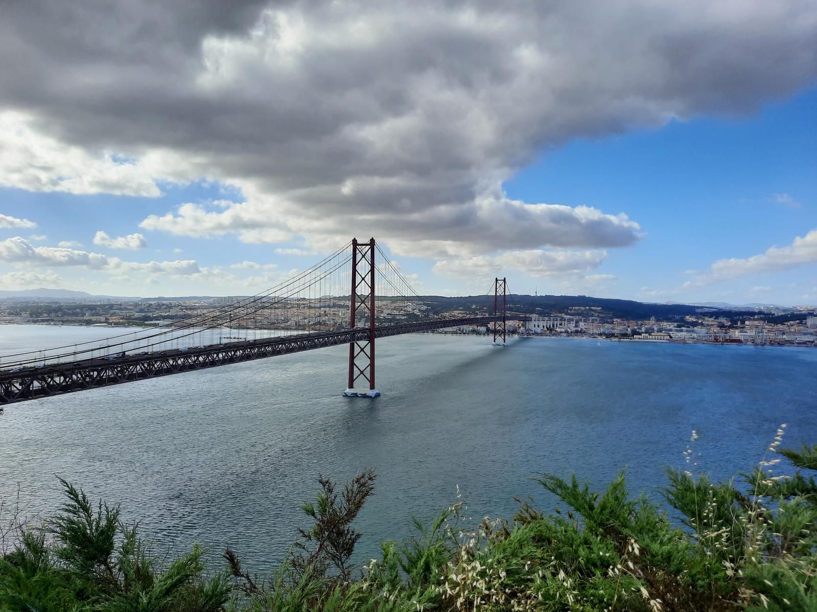 San Franciscon Golden Gate-siltaa muistuttava huhtikuun 25. päivän silta Almadan puolelta kuvattuna. Kuva: Henri Heikkinen.