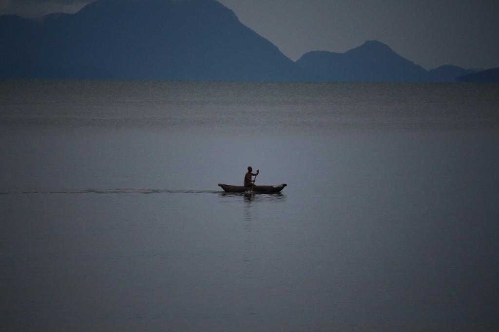 Kalastaja Malawijärvellä. Kuva: Timo Olkkonen.
