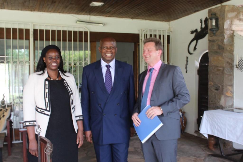 Zimbabwen valtiovarainministeri Patrick Chinamasa ja Zimbabwen Sambian suurlähettiläs Gertrud Takawira suurlähettiläs Olkkosen vieraana Lusakassa. Kuva: Timo Olkkonen.