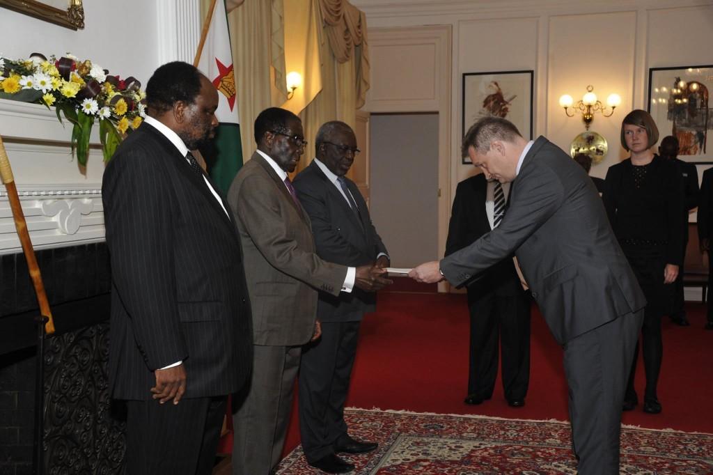 Suurlähettiläs Olkkonen jättämässä valtuuskirjettään presidentti Mugabelle. Kuva: Timo Olkkonen.