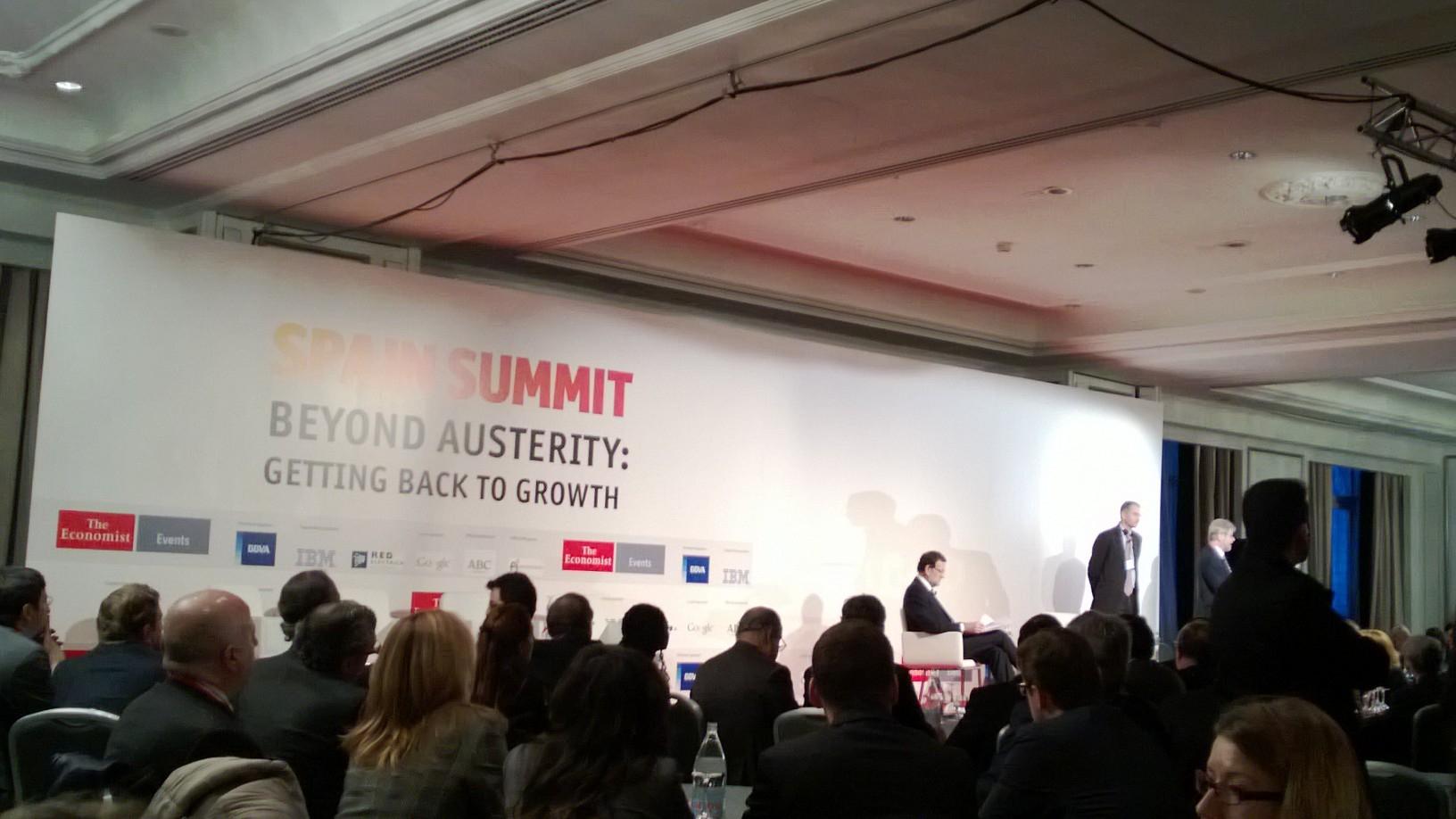 Taustalla pääministeri Rajoy the Economist –lehden seminaarissa